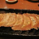 博多屋台ファクトリー - 鉄板カリカリ餃子。 薄くてパリパリの羽付きです。