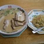 博多金龍 - 「肉盛りラーメン」(590円)と「半チャーハン」です。
