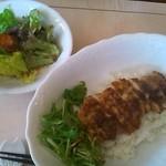 おいしい台所 - もち豚生姜焼き丼セット(ドリンクがつきます)、それにしても何で別のところにピントがあっちゃうんだろか