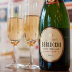 il Bar CENTRAL BANCO - スパークリングワインをはじめ、赤や白など、世界各地のワインを多数ご用意しております。お料理やその日の気分に合わせた一杯をお選びいただけます。グラスやボトルなど、好みに合わせてお楽しみください。