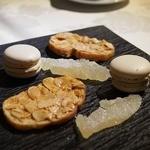 レストランパフューム - プティフール       ミニマカロンと焼き菓子でした。