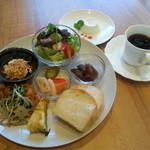 ダイニング・カフェ アレッタ - 週変わりワンプレートランチ♪・鶏肉のレモンはちみつソテー生姜風味・こんにゃくのおかか和え ・にんじんの白あえ ・キッシュ・冬野菜のピクルス・サラダ・スープパンかライス。 コーヒーor紅茶 デザート