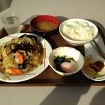 港区役所 レストランポート - 肉野菜炒めの定食