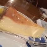 カフェドペリーヌ - チーズケーキ(なんとなく近所のポルシェっぽい)