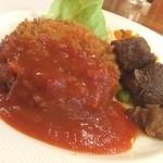 カフェドペリーヌ - 主菜皿:メンチカツと牛肉ワイン煮込み