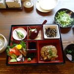 エンヤキッチン - お刺身と和風キノコあんかけハンバーグ御膳