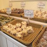 ミスタームシパン - 店内にはいろんな種類の蒸しパンがいっぱい。 甘いのもあれば、惣菜系もあります。