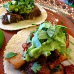 メキシカンフード ドスマノス - タコス、手前からチキンとラム