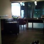 フェリチェリーナ - カウンターのみの店内は、みな窓からの景観をたのしみながらの、食事となる。