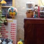 ベトナム料理コムゴン - 店内奥のウインドゥの先には…(・。・;