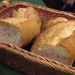 スペイン料理 ティオ・ダンジョウ - パンは食べ放題でついつい食べ過ぎてしまいますね。