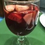 スペイン料理 ティオ・ダンジョウ - サングリアはフルーツたっぷりです。