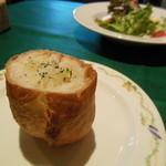 アンジュール - オリーブが掛けられた熱々のパン