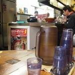 名島亭 - 店内は奥カウンター、手前テーブル!合い席