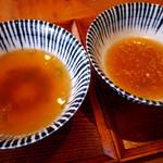 増田うどん - スープ比較(左:肉うどん、右:ぶっかけ)