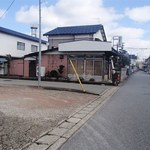 丹後屋 - 駐車場は店の西隣りの空き地(写真の左手空き地、奥に伸びる道路沿い)