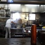 百壱 楠 - 厨房の様子