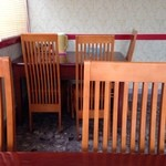 長春飯店 - 1階に、4人掛けと3人掛けテーブルが1卓ずつあります。