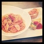 パルティーレ - 本日のパスタプレート ♥ベーコンと玉ねぎのトマトソース
