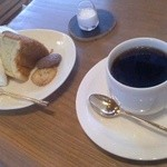 コーヒーハウス 咲く咲く - ブレンドコーヒー450円 2月の手作りおやつ・しょうがのシフォンケーキ450円