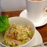 ワタナベナンバン - ヘルシーサラダセットのコールスローサラダとホットコーヒー(+50円)。コーヒーは酸味が少なく、少し濃い目かな?チキン南蛮サンドにぴったりでした!