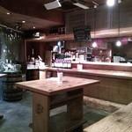 bistro あわ - 木のカウンターが配された店内。