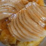 24226905 - 軽めのシブースが掛かったリンゴの積みが美しい