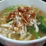 上海酒家 西新橋店 - 蒸し鶏、細いフライドオニオン、茎わかめ、青梗菜がトッピング