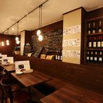 ペスカーラ - 店内はワインが並べてあり ワイワイ宴会楽しんでください!!