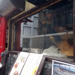 刀削麺酒家 - 店頭ではオートマチックな機械が麺を削っている。見えなくてすまぬ。