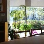 司馬遼太郎記念館 カフェコーナー - 窓の外は、ヒラドツツジ