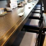 寿司大和 - このカウンター奥に席を取りました