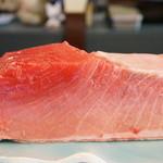 寿司大和 - ネタを拝見、大トロと、中トロの部分です