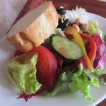 トリエスティーノ - 4種の豆と10種の野菜のヘルシーサラダ、バゲット