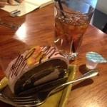 カフェ+ブーランジェリー ドッポ - ロールケーキと紅茶のセット450円