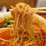 翠香 - 麺はスープと絡みやすく軽くちぢれています。