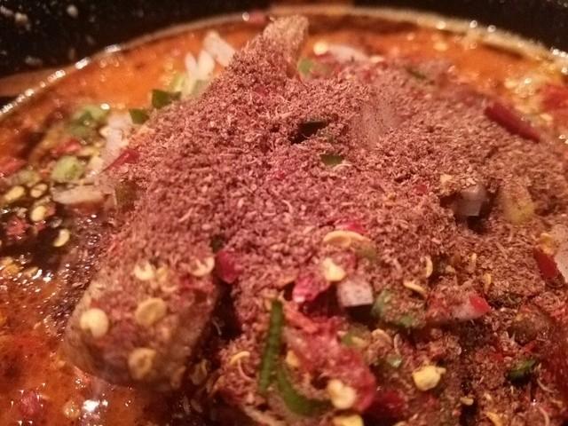 カラシビ味噌らー麺 鬼金棒 - ラーメンの表面 大量の花椒と唐辛子