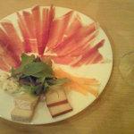 ラス ブラバス - 生ハムとチーズの盛り合わせ