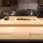 ふく吉 - 手入れの行き届いた美しい一枚板の白木のカウンター、7席のみの贅沢な空間です。職人の技をご覧いただきながらお食事をお楽しみいただけます。