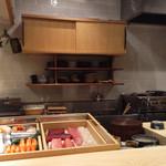 ふく吉 - 新鮮なネタを毎日仕入れております。白木のカウンターのつけ台に、直接魚や寿司を置くスタイルでお召し上がり下さい。