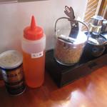 RYOMA本店 - 卓上にはフライドエシャロット・かつお粉・激辛一味(油で溶いたペースト)・ラー油・ブラックペッパー・酢が。