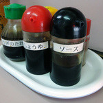 松崎ラーメン - 「松崎」卓上の一味・餃子のたれ・ラー油・塩・醤油・ソース