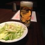 やきとり家すみれ - 生ビールとデフォルトで供されるキャベツ。