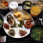 レストラン御倉 - ご飯、お漬物、おかず、納豆などなど、盛りだくさんになってしまった。