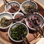 レストラン御倉 - すぐき、柴漬け、赤カブ、日の菜漬け、青胡瓜、まんなかが梅干というラインナップ