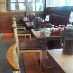 七志 - テーブル席が多数あり、ゆっくり食事を楽しめます。
