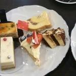 24274153 - ロールケーキ、ティラミス、レアチーズ、ナッツ入りスポンジとクリームが層になったケーキ、フルーツタルト