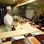 蔵六鮨 三七味 - 店内の様子と岡島親方