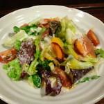 中新ロマンス食堂 - 彩り野菜のシーザーサラダ。