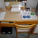 サウスブリーズホテル - 「B館 『旧館』 7F ゲストルーム ツイン 机回り」 2014年2月